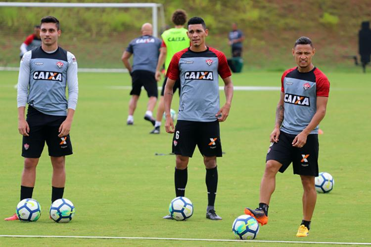 O treinador João Burse esboçou a formação do time, e fez algumas observações no meio e no ataque, revezando jogadores - Foto: Maurícia da Matta | EC Vitória