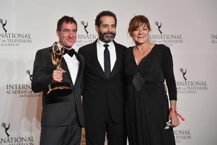 Alex Pina (à esquerda), Tony Shalhoub e Sonia Martinez receberam o prêmio de Melhor Série Dramática - Foto: Angela Weiss | AFP