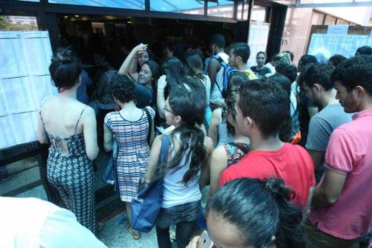 Candidatos entram na Estácio Fib para fazerem a prova deste domingo - Foto: Luciano da Matta | Ag. A TARDE