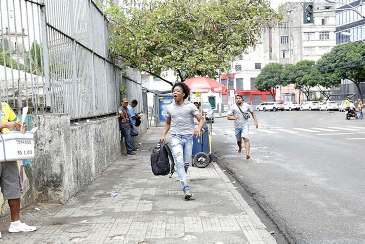 Um grupo de atores do canal Me Chama, no YouTube, encenaram como se estivessem atrasados - Foto: Gilberto Junior   Ag. ATARDE