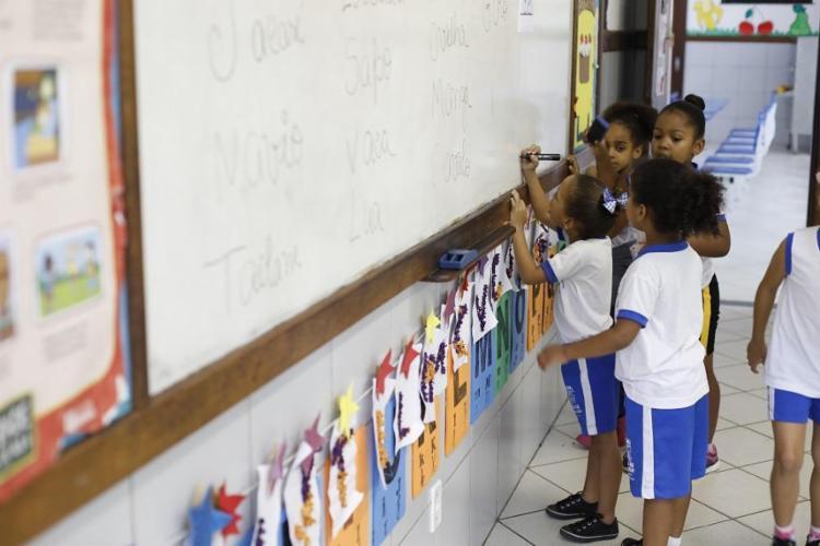Alunos da Escola Municipal João Francisco dos Santos, em Mata de São João, que alcançou a maior nota do Estado: 7,8 - Foto: Adilton Venegeroles / Ag. A TARDE