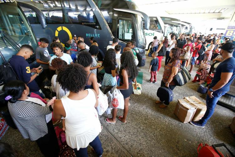 Na rodoviária, são disponibilizados 150 horários extras para quem vai viajar no feriado - Foto: Luciano Carcará   Ag. A TARDE