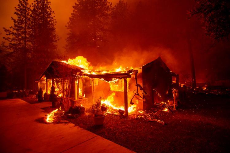 O incêndio já destruiu mais de 600 quilômetros quadrados e quase 10 mil casas, e era considerado 55% contido - Foto: Josh Edelson | AFP