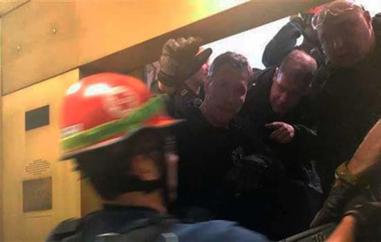 Bombeiros tiveram de fazer um buraco na parede do edifício para chegar até as pessoas - Foto: Reprodução