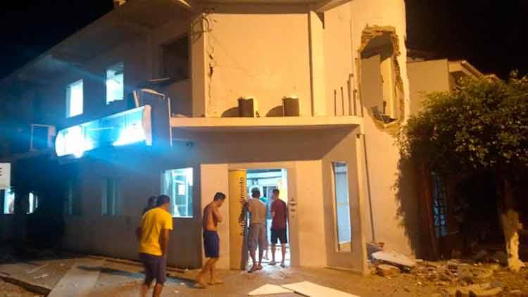 A explosão deixou a frente da agência bancária com a parede destruída