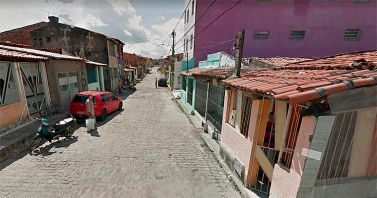 A polícia informou que a vitima morava na rua em que foi baleado e tinha passagens pela delegacia. - Foto: Reprodução l Google Maps