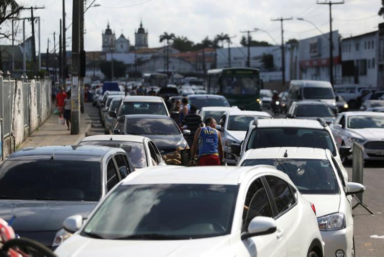 Condutores aguardam em fila, enquanto pedestres têm embarque imediato - Foto: Raul Spinassé | Ag. A TARDE