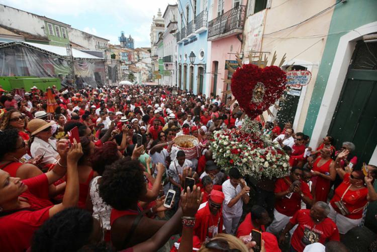 Festa reúne mais de 10 mil fiéis que participam de procissão pelo Centro Histórico de Salvador - Foto: Raul Spinassé | Ag. A TARDE