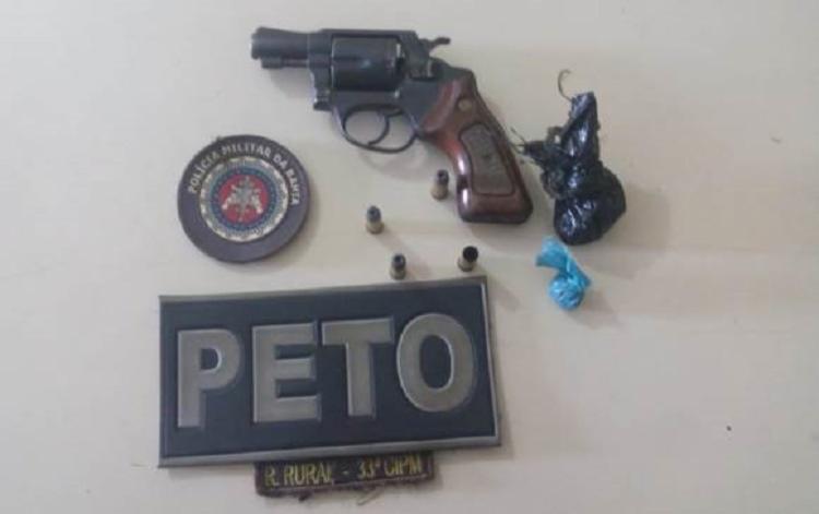 Os policiais apreenderam um revólver calibre 38, munições, dois pacotes de maconha e uma motocicleta modelo Titan 150. - Foto: Divulgação