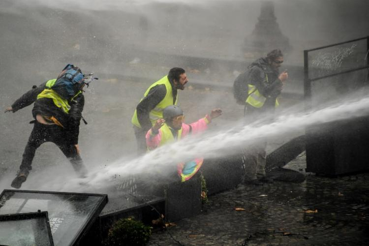 A polícia francesa usou canhões d'água para conter os manifestantes