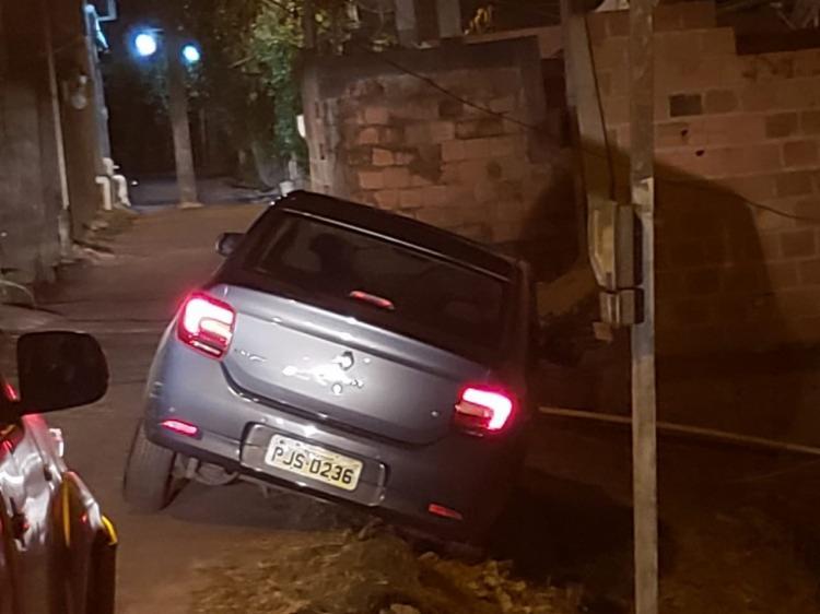 Após avistarem a viatura policial, os jovens tentaram fugir de carro mas acabaram colidindo - Foto: Divulgação  SSP-BA