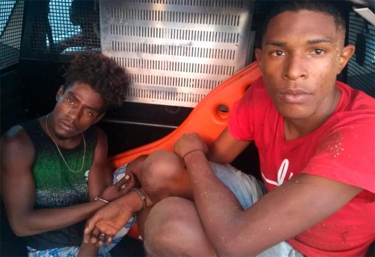 Sidney dos Santos Silva e Adenílson Ferreira dos Santos usaram uma janela para ter acesso a loja e furtar os itens - Foto: Divulgação | SSP-BA
