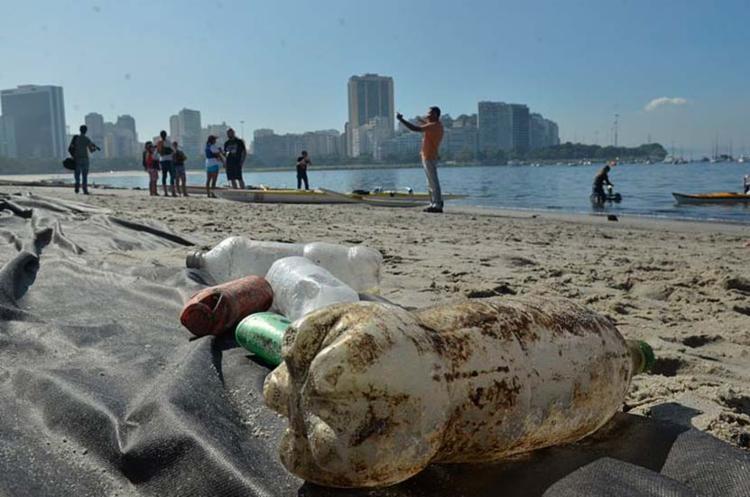 Garrafas PET poluem praias, mares e rios e causam outros danos ao meio ambiente - Foto: Fernando Frazão | Agência Brasil