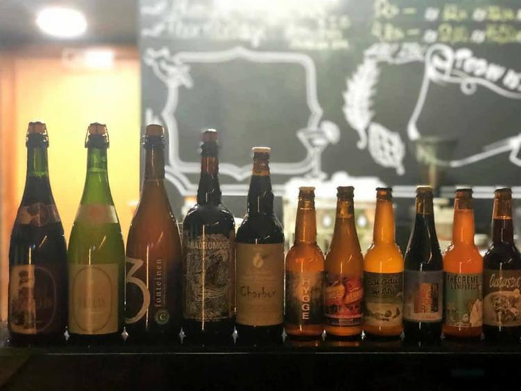 Entre as bebidas, estão as produzidas com infusão de chá verde, jasmin e também as envelhecidas em barris de vinho do porto - Foto: Reprodução | Canaã Boutique de Carnes