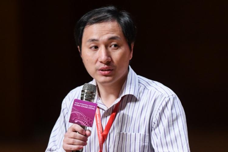 He Jiankui reiterou que permitiu o nascimento de gêmeas que tiveram o DNA alterado para deixá-las mais resistentes ao vírus HIV - Foto: Anthony Wallace | AFP