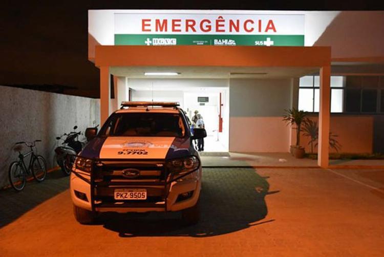 Policiais, por volta das 22h30, acompanham os suspeitos na unidade de saúde