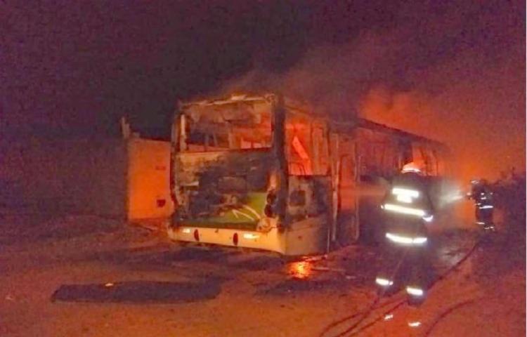 O ônibus estava lotado, um deles armado, ordenou que todos descessem - Foto: Reprodução | TV Sudoeste Digital