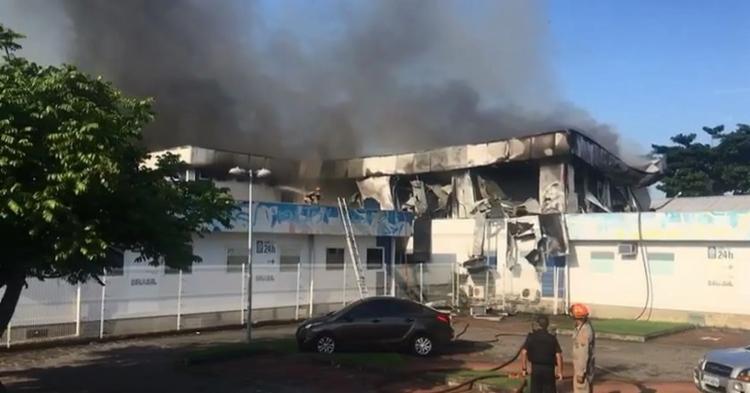Os bombeiros já estão trabalhando no local, mas ainda não têm informações se o fogo foi controlado - Foto: Reprodução | Redes Sociais