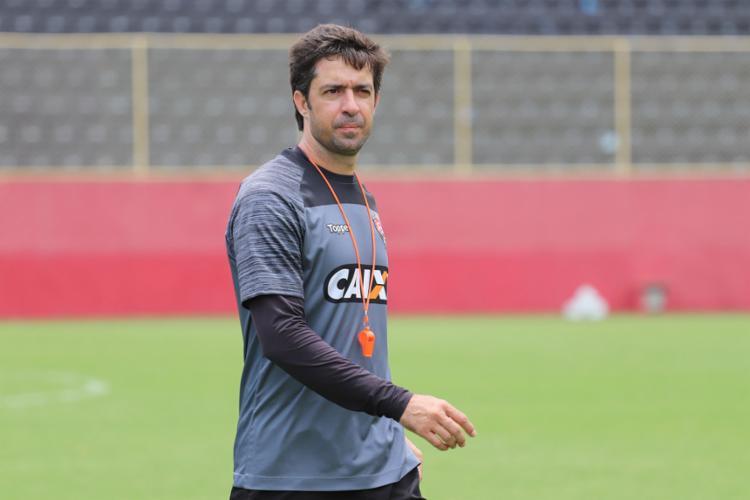 O técnico João Burse começa a pensar no time para o próximo duelo - Foto: Maurícia da Matta l Ag. A TARDE