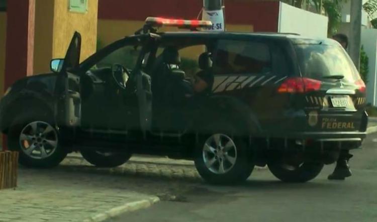 Policiais federais estão em um village em Lauro de Freitas - Foto: Reprodução | TV Bahia
