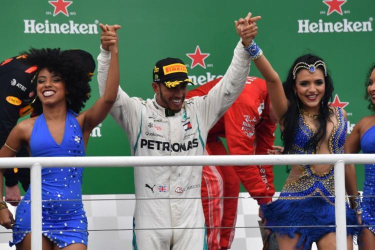 Lewis Hamilton comemora conquista no Brasil - Foto: Nelson Almeida | AFP