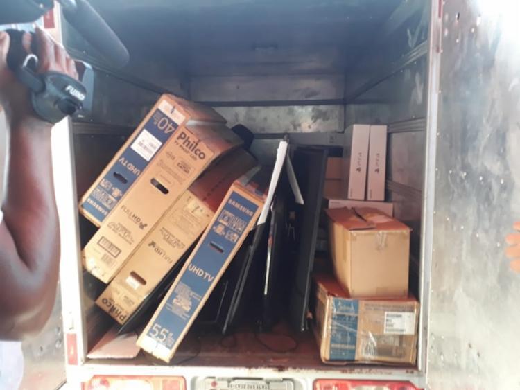 Suspeitos foram detidos ao tentar deixar o local com os itens retirados da loja (Foto: Divulgação l SSP-BA)