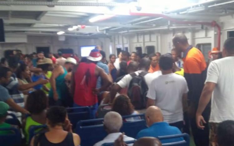 Após se sentir mal, passageiro foi atendido por dois profissionais da saúde que estavam no ferry - Foto: Cidadão Repórter