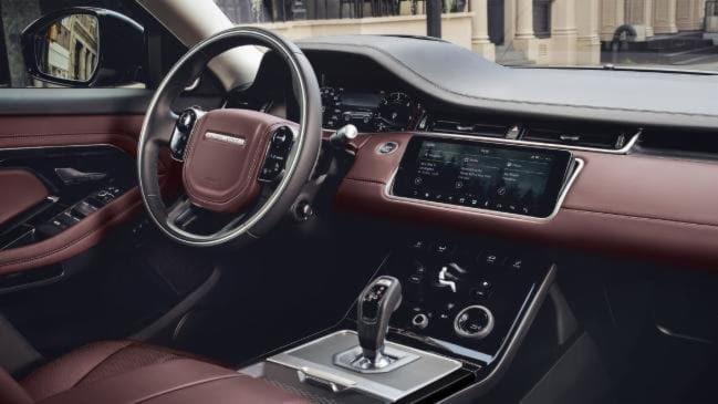 Em baixa velocidade, o carro também desliga o motor quando o freio é acionado evitando consumo desnecessário de combustível
