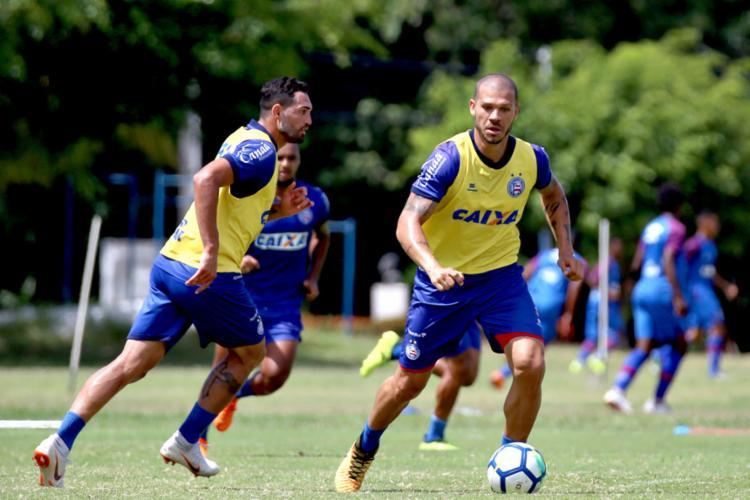 Nilton (D) volta ao time titular após cumprir suspensão; Gilberto (E) viajou, mas disse que não tem condições de jogar 90 minutos - Foto: Felipe Oliveira l EC Bahia