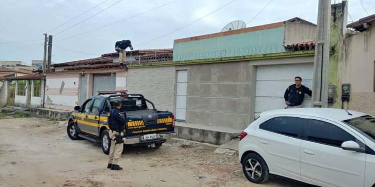 Durante a operação, agentes se dirigiram às casas em busca dos suspeitos