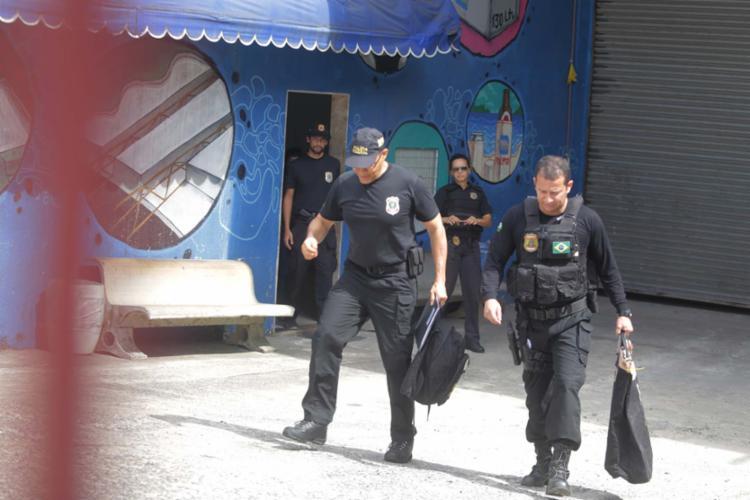 Agentes da PF saíram de fábrica no Lobado com malotes com documentos - Foto: Joa Souza   Ag. A TARDE