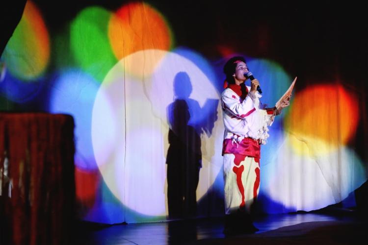 Felícia no espetáculo 'Tudo que você precisa é amor'. Foto: Nti Uirá | Divulgação