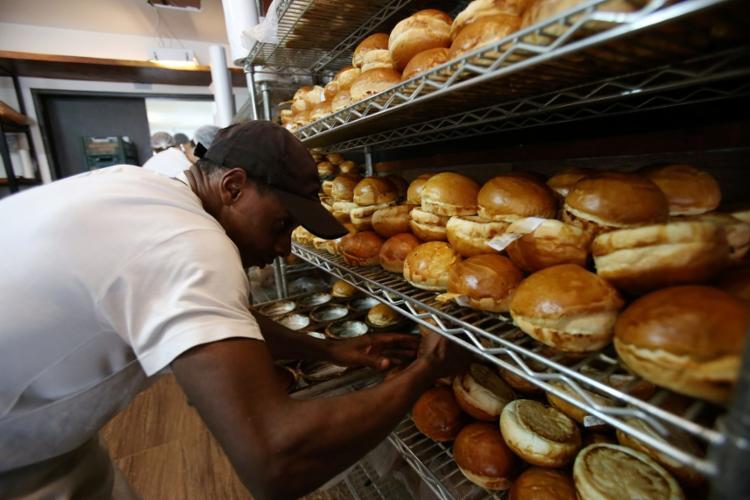 Além da própria padaria, Richard fornece pães para 201 estabelecimentos