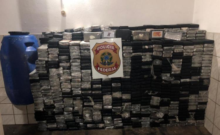 Droga vinha sendo transportada em uma carreta escondida em uma carga de tonéis plásticos - Foto: Divulgação   Polícia Federal