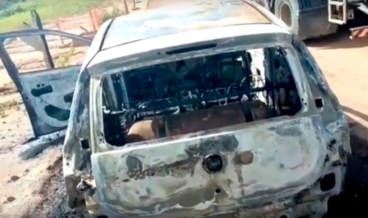O carro do PM foi localizado, ainda em chamas, na mesma via - Foto: Reprodução   YouTube