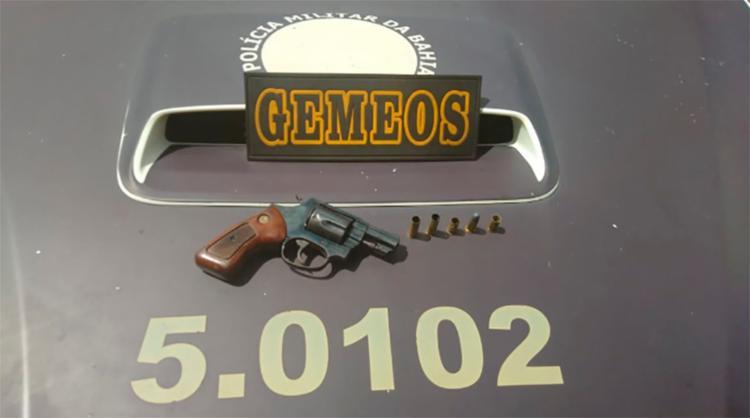 Com o suspeito, foram encontrados um revólver calibre 38 e munições - Foto: Divulgação | SSP-BA
