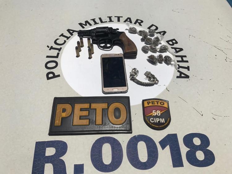 Os policiais apreenderam um revólver calibre 38, com seis munições intactas e três picotadas, 12 trouxas de maconha e um celular - Foto: Divulgação| SSP-BA