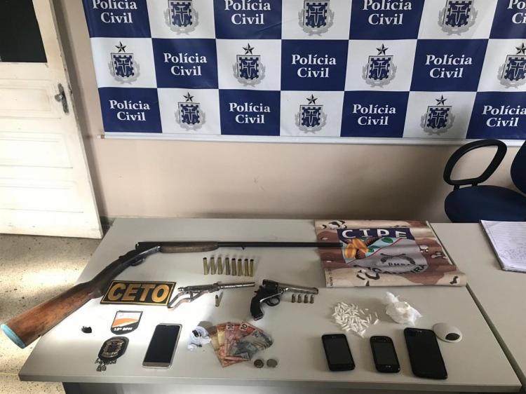 Além da prisão dos suspeitos, foram apreendidas armas, drogas, celulares e dinheiro - Foto: Divulgação| SSP-BA