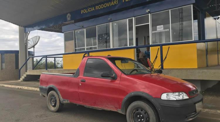 O veículo, que era ocupado por dois indivíduos, apresentava adulteração nos elementos indicadores - Foto: Divulgação | PRF