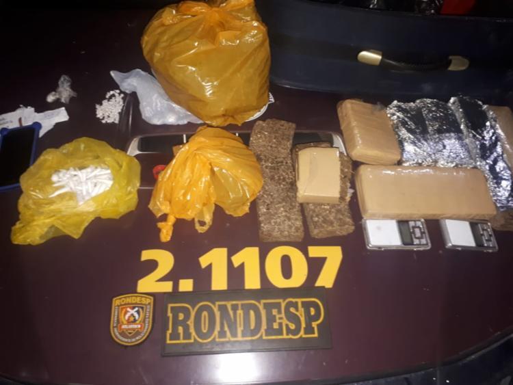 Suspeito estava drogas, balança, caderno de anotação, faca e corrente de prata