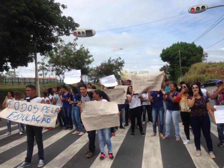Participantes levaram cartazes e apitos para a avenida Paralela