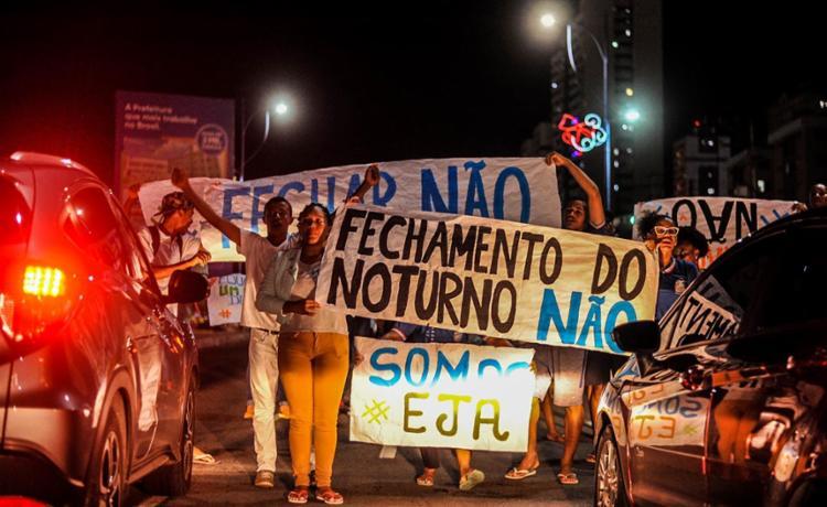 Alunos foram às ruas para protestar contra o fim da modalidade EJA - Foto: Felipe Iruatã   Cidadão Repórter