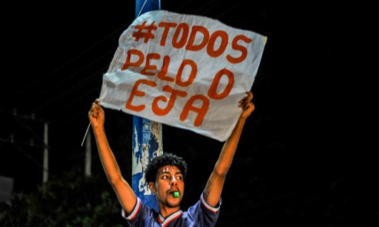 Estudantes gritaram palavras de ordem e utilizaram cartazes para protestar