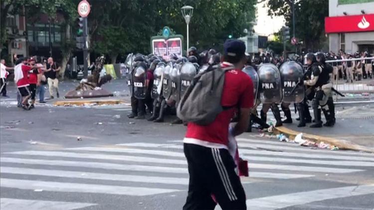 Torcedores do River Plate atacaram ônibus com delegação do Boca Juniors antes de decisão da Libertadores - Foto: Ivan Pisarenko l AFP