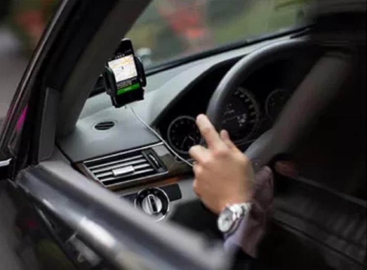 Uma das ações possíveis, ao clicar no botão de emergência é ligar automaticamente para as autoridades locais - Foto: Reprodução