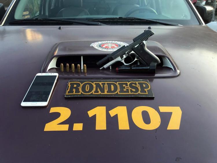 A PM apreendeu uma pistola calibre 40, carregador, munições e um celular - Foto: Divulgação | SSP