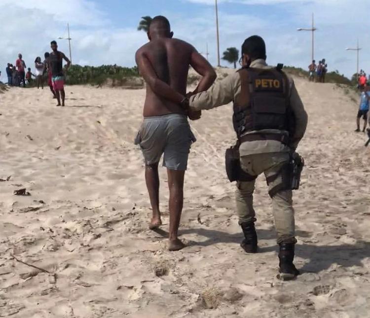 O homem foi retirado do mar pela aeronave da PM e entregue para a guarnição da 39ª CIPM - Foto: Divulgação | Polícia Militar