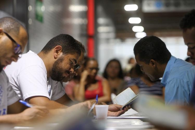 Entre os serviços prestados no local está a emissão de carteira de trabalho - Foto: Foto: Divulgação | Paula Fróes | GOV-BA