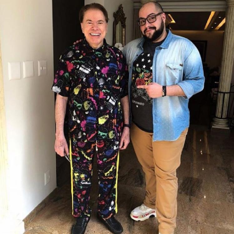 A foto foi tirada após o dono do SBT topar ser modelo da linha de pijamas de Tiago, que é empresário e jornalista - Foto: Reprodução   Instagram