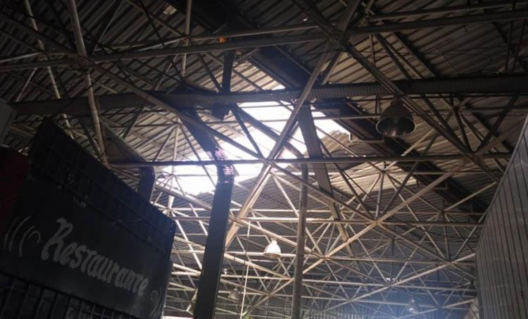 No momento do incidente haviam pessoas almoçando em um restaurante, local atingido pelos destroços de telhas - Foto: Reprodução   site Simões Filho Online